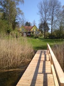 Ferienhaus - Blick vom Steg auf Garten und Haus