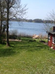 Ferienhaus-Garten mit Sandkasten und Steg